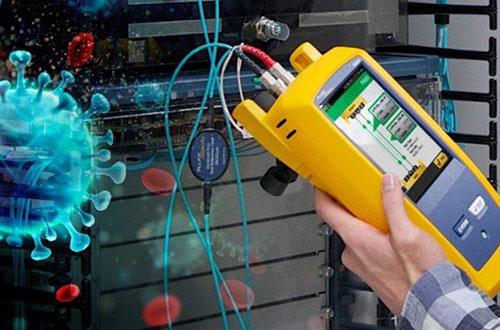 Un appareil de test de réseau en cours d'utilisation exposé aux germes et aux contaminants
